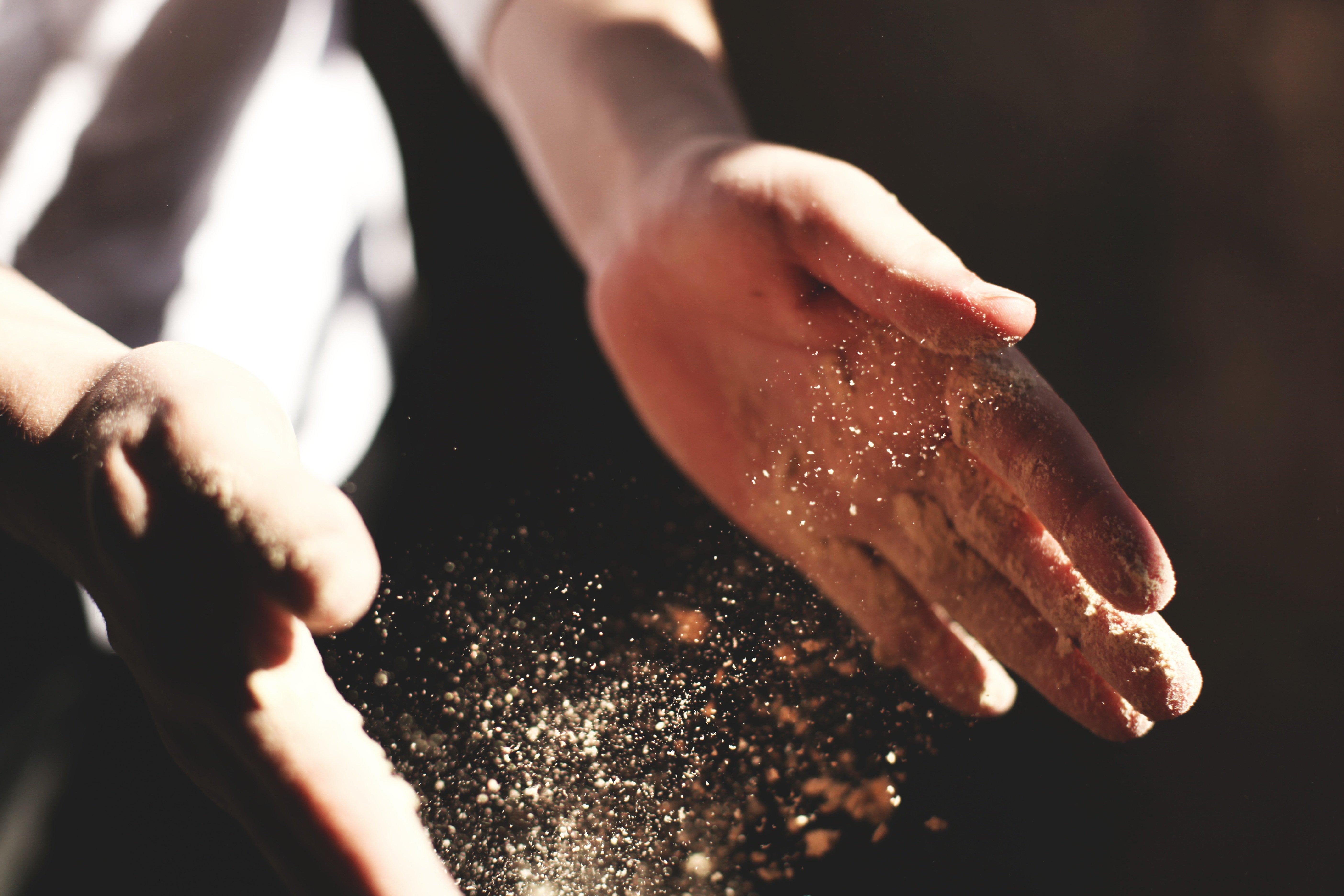 Un boulanger pétrit sa pâte sans crotte de nez